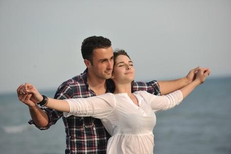 femme romantique: heureux jeune couple ont des moments amusants et romantiques sur la plage à la saison estivale et représentant happynes et concept de voyage