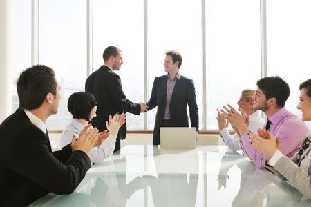 jovenes empresarios: Grupo de gente joven empresa reuni�n en sala de conferencias y con discusi�n sobre nuevos planes de ideas y problemas