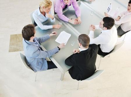 jeunes gens d'affaires du groupe ont réunis à la salle de conférence et ont discussion sur les plans de nouvelles idées et des problèmes