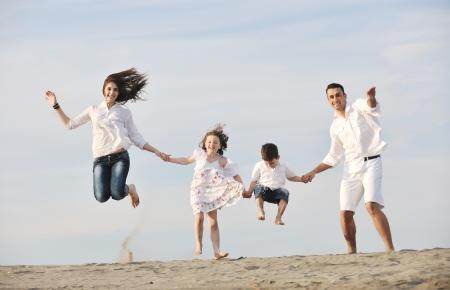 gelukkig jong gezin plezier hebben en live gezonde levensstijl op het strand