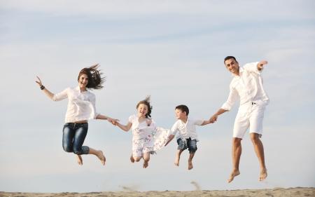 familia saludable: familia joven feliz divertirse y vivir el estilo de vida saludable en playa