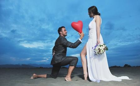 recien casados: young s�lo casada feliz pareja celebrando y divertirse al ponerse el sol playa hermosa Foto de archivo