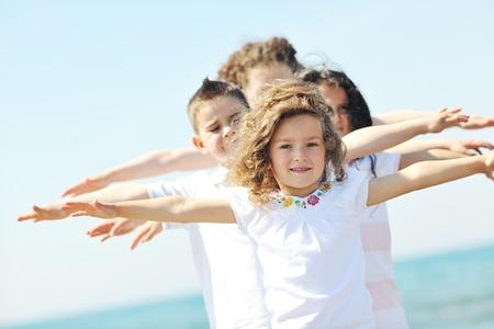 groep van gelukkig kind op het strand, die veel plezier en spelletjes spelen Stockfoto