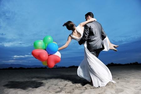 recien casados: young sólo casada feliz pareja celebrando y divertirse al ponerse el sol playa hermosa Foto de archivo