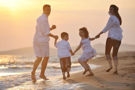familia viaje: familia joven feliz divertirse y vivir el estilo de vida saludable en playa