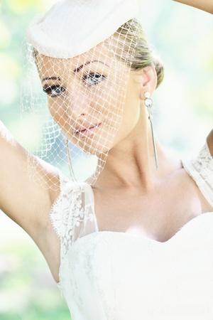 gente de mujer bella novia en la boda de moda viste posando al aire libre en el Parque brillante