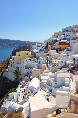 case colorate: vacanze estive sulla bellissima isola vulcanica santorini in grecia Editoriali