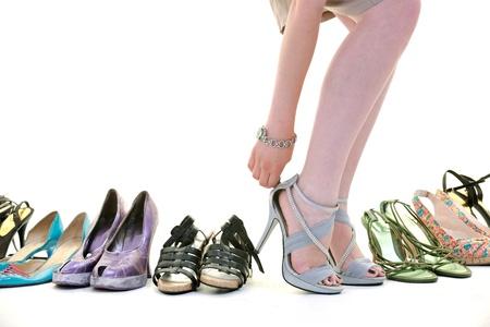 mujer comprar concepto zapatos de elección y de compras, aisladas sobre fondo blanco en studio Foto de archivo