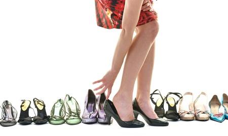 tienda zapatos: mujer comprar concepto zapatos de elección y de compras, aisladas sobre fondo blanco en el estudio Foto de archivo