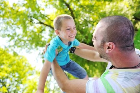 hijo y padre de familia divertirse al parque en temporada de verano y el concepto de felicidad que representa