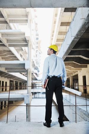 supervisores: Administrador de ingeniero de negocios hombre arquitecto en el proyecto de construcción del sitio
