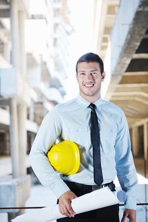 サイトの建設プロジェクトでビジネス男建築家エンジニア リング マネージャー