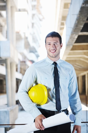 gerente: Administrador de ingeniero de negocios hombre arquitecto en el proyecto de construcción del sitio