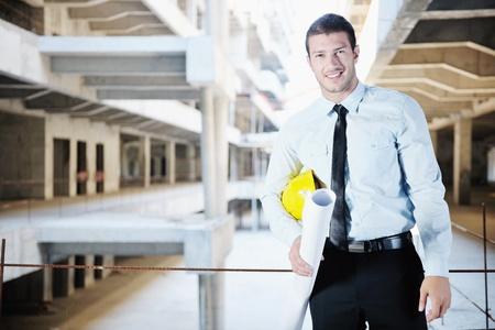 homme d'affaires ingénieur architecte gestionnaire de projet au chantier de construction
