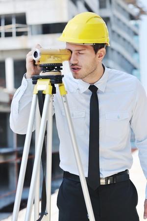 supervisores: Administrador de ingeniero de negocios hombre arquitecto en el proyecto de construcci�n del sitio