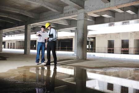 cantieri edili: Team di architetti gruppo di persone sul posto construciton verificare documenti e del flusso di lavoro aziendale Archivio Fotografico