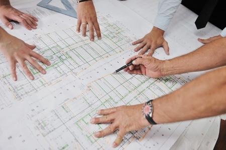 planos arquitecto: Equipo de arquitectos personas en el grupo en el sitio construciton verificar los documentos y flujo de trabajo empresarial