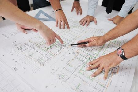 arquitecto: Equipo de personas en el grupo de arquitectos en los documentos construciton visitar el sitio y el flujo de trabajo empresarial