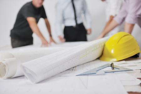 arquitecto: Equipo de arquitectos personas en grupo en lugar de obra comprobar documentos y flujo de trabajo Foto de archivo