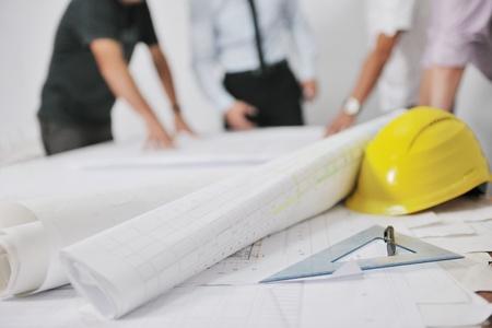 planos arquitecto: Equipo de arquitectos personas en grupo en documentos de verificaci�n del sitio de obra y flujo de trabajo