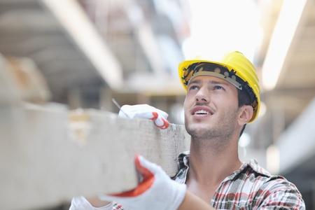 constructor: Retrato de pueblo trabajador guapo en el sitio de concstruction Foto de archivo
