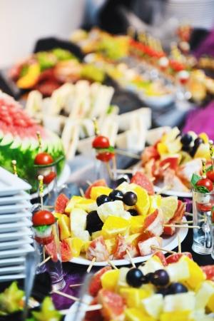 buffet food: Buffed alimentos closeup de frutas, verduras, carnes y pescados dispuestas en la mesa del banquete