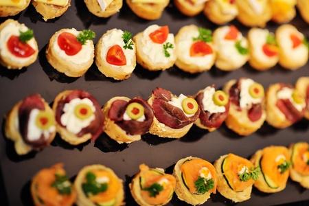 mesa para banquetes: Buffed alimentos closeup de frutas, verduras, carnes y pescados dispuestas en la mesa del banquete