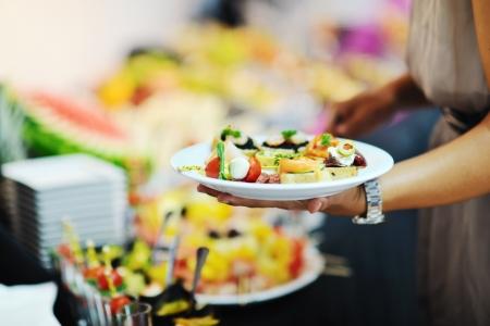 womanl elige sabrosa comida en buffet en restaurante del hotel banquete partido