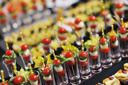 buffet food: Primer plano pulido de alimentos de frutas, verduras, carne y pescado en la mesa del banquete organizado