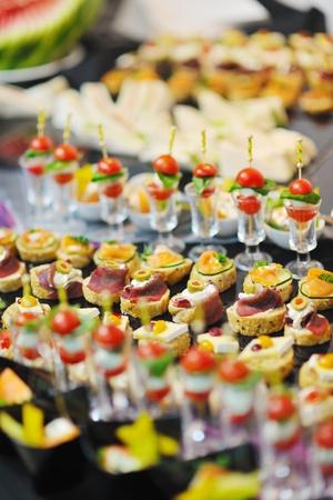 mesa para banquetes: Primer plano pulido de alimentos de frutas, verduras, carne y pescado en la mesa del banquete organizado