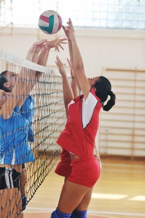 pelota de voley: voleibol el deporte juego con un grupo de j�venes hermosas chicas en el deporte indoor arena
