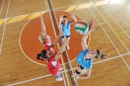 pelota de voleibol: voleibol de juego deportivo con un grupo de jóvenes hermosas chicas en el deporte bajo techo campo