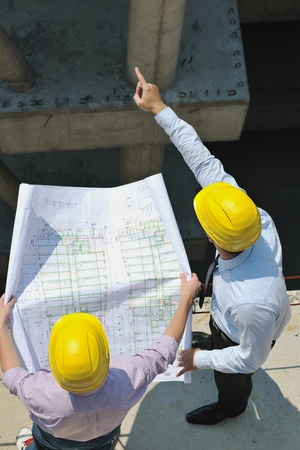 cantieri edili: Squadra di uomini d'affari del gruppo, architetto e ingegnere di documenti del sito di controllo del flusso di lavoro e construciton business su nuovo edificio