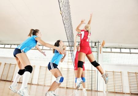 cerillos: voleibol el deporte juego con un grupo de jóvenes hermosas chicas en el deporte bajo techo arena