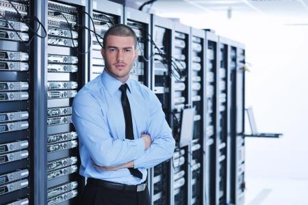 junge h�bsche Gesch�ftsmann Ingenieur in Rechenzentren Server-Raum Lizenzfreie Bilder - 11022954