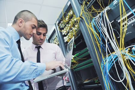Gruppe junger Geschäftsleute IT-Ingenieur im Bereich Netzwerk-Server-Raum Lösung von Problemen und geben Hilfe und Unterstützung Standard-Bild - 11023433