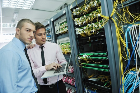 seguridad laboral: grupo de jóvenes empresarios que ingeniero en la sala de servidor de red para resolver problemas y ayudar y dar apoyo
