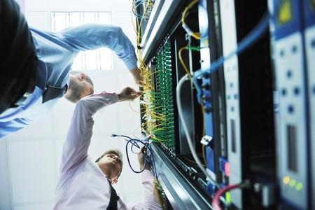 sicurezza sul lavoro: gruppo di giovani imprenditori che ingegnere in sala server di rete la soluzione dei problemi e dare aiuto e supporto