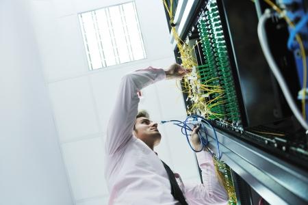 engeneer jeune beau homme d'affaires dans la salle du serveur datacenter