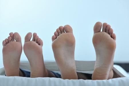 feliz pareja de jóvenes a las personas sanas tienen buen rato en la habitación de hacer el amor y dormir