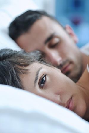 hacer el amor: feliz pareja de j�venes a las personas sanas tienen buen rato en la habitaci�n de hacer el amor y dormir
