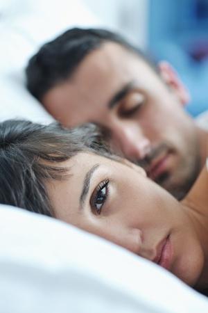 hacer el amor: feliz pareja de j�venes sanos tienen buen rato en la habitaci�n de hacer el amor y el sue�o