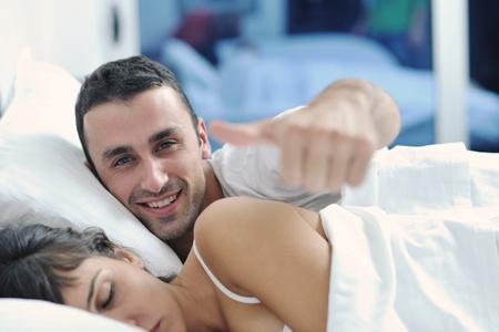 hacer el amor: feliz pareja de jóvenes sanos tienen buen rato en la habitación de hacer el amor y el sueño