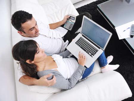pareja feliz relajarse y trabajar en la computadora port�til en casa moderna sala de estar interior Foto de archivo - 11292933