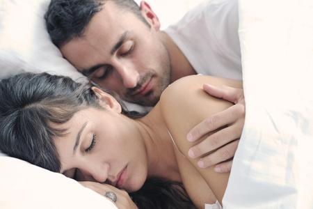 hacer el amor: feliz pareja de j�venes saludables tienen buen tiempo en su dormitorio hacer el amor y dormir