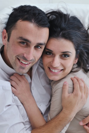 pareja en casa: joven pareja feliz relajarse en cubierta moderna sala de su casa viven