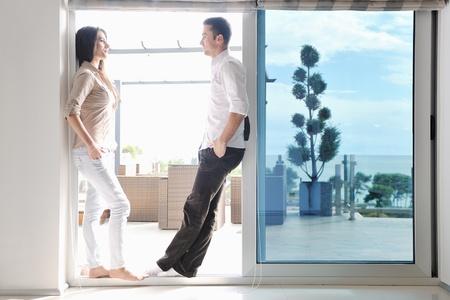 coppia in casa: giovane coppia felice rilassarsi al moderno, coperto soggiorno a casa
