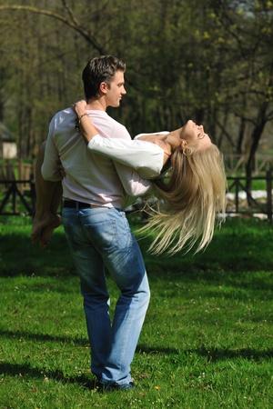 bailarin hombre: feliz joven pareja romántica en el amor de baile al aire libre en temporada de primavera en mornig temprano con hermosa luz