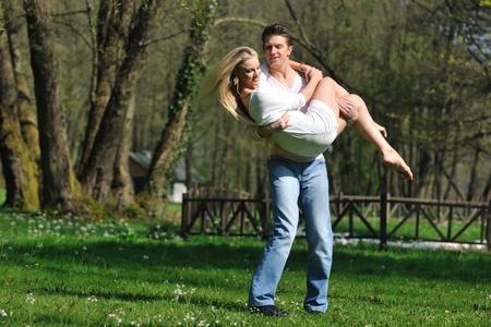 bailarines de salsa: feliz pareja de jóvenes en el amor romántico baile al aire libre en temporada de primavera en mornig temprano con la luz hermosa