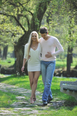 ballet hombres: feliz joven pareja romántica en el amor de baile al aire libre en temporada de primavera en mornig temprano con hermosa luz